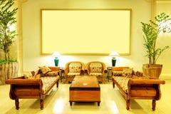 Лоббируйте интерьер роскошной гостиницы в освещении ночи Стоковое Фото
