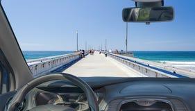 Лобовое стекло автомобиля с взглядом пристани пляжа Венеции, Калифорнии, США Стоковая Фотография