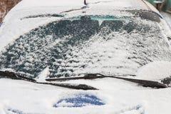 Лобовое стекло автомобиля покрытое с снегом Стоковые Фотографии RF