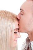 Лоб женщины человека целуя Стоковые Изображения