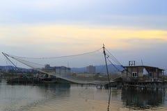 Ловит сетью автоматических рыб спасения имущества на сумраке Стоковые Фотографии RF