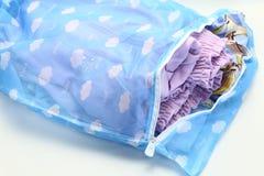 Ловит сетью сумку прачечной, для моя одежд в стиральной машине на белой предпосылке Стоковые Фото