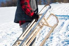 Ловкости нося человека поднимают снежную гору стоковые фотографии rf