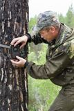 Ловушка камеры на дереве Стоковые Фотографии RF