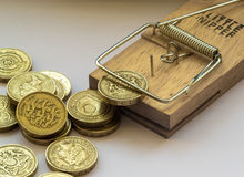 Ловушка мыши улавливает монетку английского фунта Стоковая Фотография
