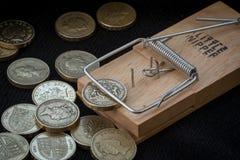 Ловушка мыши улавливает монетку английского фунта Стоковое Изображение