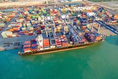 Логистическая шлюпка доставки контейнера на грузя дворе Стоковые Фото