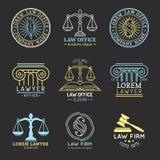 Логотипы юридического офиса установили с весами правосудия, иллюстрациями etc молотка Юрист вектора винтажный, защитник обозначае иллюстрация вектора
