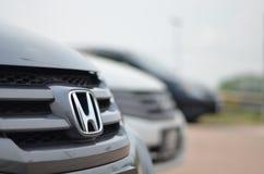 Логотип автомобиля Honda на черном автомобиле стоковые изображения rf