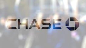 Логотип банка гоньбы JPMorgan на стекле против запачканной толпы на steet Редакционный перевод 3D сток-видео