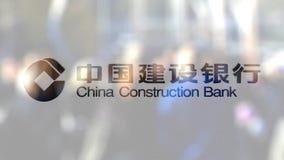 Логотип банка конструкции Китая на стекле против запачканной толпы на steet Редакционный перевод 3D сток-видео