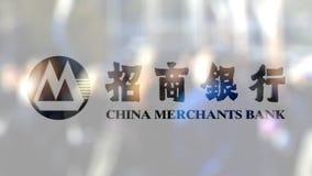 Логотип банка купцев Китая на стекле против запачканной толпы на steet Редакционный перевод 3D видеоматериал