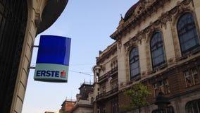 Логотип банка Erste на своем главном офисе в Белграде, Erste австрийский банк сток-видео