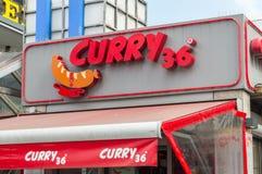 Логотип и знак карри 36 Карри 36 известный ресторан сосиски карри в Берлине стоковое изображение