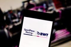 Логотип команды пункта F1 гонок формулы 1 команды на экране мобильного устройства Участвовать в гонке пункт оспаривает чемпионат  стоковая фотография