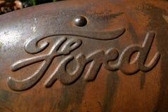 Логотип компании компании Форд Мотор на старом клобуке трактора Стоковое фото RF