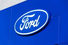 Логотип компании компании Форд Мотор на здании дилерских полномочий Стоковая Фотография RF