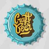 Логотип литерности сценария пива ремесла с крышкой пивной бутылки взгляд сверху Стоковое фото RF