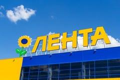 Логотип магазина Lenta против голубого неба стоковая фотография rf