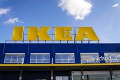 Логотип мебельной компании IKEA на экстерьере здания 25-ого февраля 2017 в Праге, чехии Стоковая Фотография