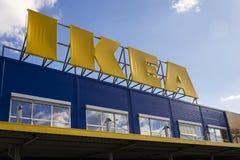 Логотип мебельной компании IKEA на экстерьере здания 25-ого февраля 2017 в Праге, чехии Стоковое Изображение