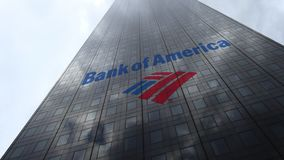 Логотип на отражающих облаках фасада небоскреба, промежуток времени Государственного банка Америки Редакционный перевод 3D сток-видео