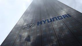 Логотип на отражающих облаках фасада небоскреба, промежуток времени Hyundai Мотора Компании Редакционный перевод 3D сток-видео