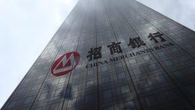 Логотип на отражающих облаках фасада небоскреба, промежуток времени банка купцев Китая Редакционный перевод 3D видеоматериал