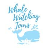 Логотип путешествий кита наблюдая в нарисованном вручную стиле Стоковые Изображения