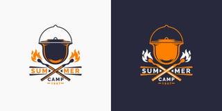 Логотип располагаться лагерем и внешнее приключения ретро Эмблема для разведчиков новичка Знак для пешего туризма бесплатная иллюстрация