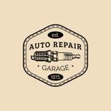 Логотип ремонта автомобиля с иллюстрацией свечи зажигания Vector винтажной гараж нарисованный рукой, автоматический плакат реклам иллюстрация штока