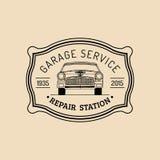 Логотип ремонта автомобиля с ретро иллюстрацией автомобиля Vector винтажной гараж нарисованный рукой, автоматический плакат объяв бесплатная иллюстрация
