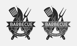Логотип ресторана барбекю Зажарьте вилку и шпатель изолированные на пламени огня Винтажная эмблема BBQ шаблон также вектор иллюст иллюстрация вектора