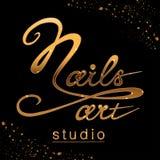 Логотип студии ногтя с сверкная влиянием золота бесплатная иллюстрация
