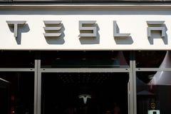 Логотип/фирменное наименование Tesla на фасаде магазина в Берлине Tesla, Inc американская многонациональная корпорация специализи стоковое изображение