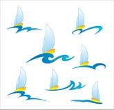 Логотип шлюпки на волне на белой предпосылке Стоковые Фотографии RF