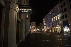 Логотип Abercrombie & Fitch на их магазине Мюнхена главном принятом на ночу Abercrombie & Fitch американский розничный торговец с стоковые изображения