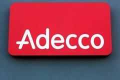 Логотип Adecco на стене стоковая фотография rf