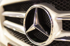 Логотип Benz Мерседес на автомобиле стоковое изображение