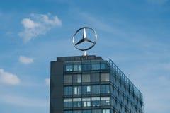 Логотип Benz Мерседес na górze администраривного администраривн головного управления внутри Стоковые Фотографии RF