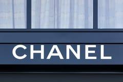 Логотип Chanel на стене Стоковое фото RF