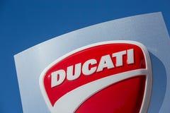 Логотип Ducati на голубой панели Стоковая Фотография