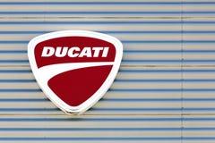 Логотип Ducati на стене Стоковые Изображения RF