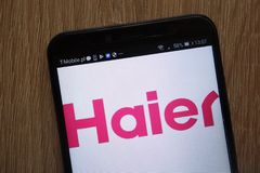 Логотип Haier Группы Корпорации показанный на современном смартфоне стоковые изображения