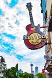 Логотип Hard Rock Cafe против горизонта ` Ниагарского Водопада стоковые фотографии rf