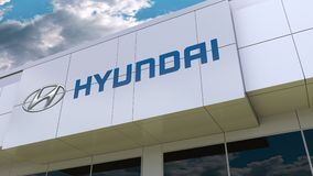 Логотип Hyundai Мотора Компании на современном фасаде здания Редакционный перевод 3D бесплатная иллюстрация