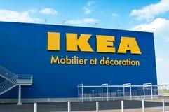 Логотип IKEA Ikea розничный торговец мебели ` s мира самый большой и продает готовое для того чтобы собрать мебель Стоковое Изображение
