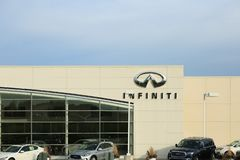 Логотип Infiniti на фасаде официального торговца стоковые изображения rf