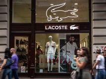 Логотип Lacoste на их mainstore для Белграда Lacoste французская компания одежды, продавая одежду, обувь и eyewear стоковая фотография