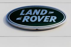 Логотип Land Rover на стене Стоковые Фотографии RF